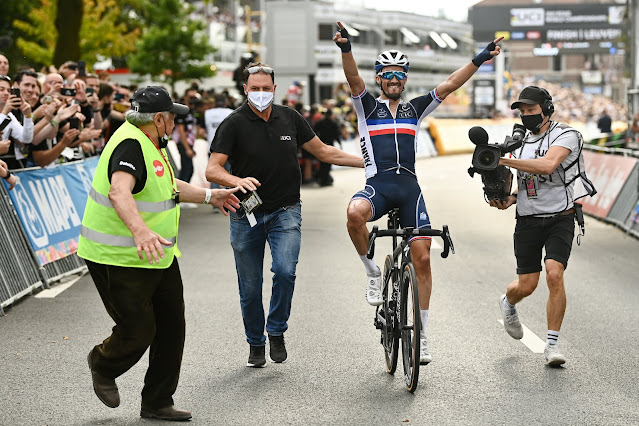Julian Alaphilippe comemora o bicampeonato mundial de Ciclismo de Estrada