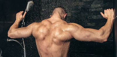 goli-misicavi-bodibilder-tusiranje-kupatilo-hladna-voda-curi