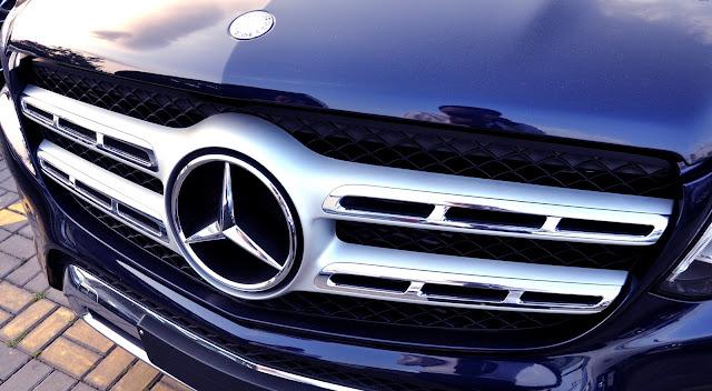 Mercedes GLS 350 d 4MATIC có Logo ngôi sao ba cánh nằm chính giữa