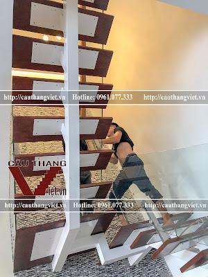 Lap dat cau thang sat xuong ca lan can kinh cuong luc tại Ha Noi