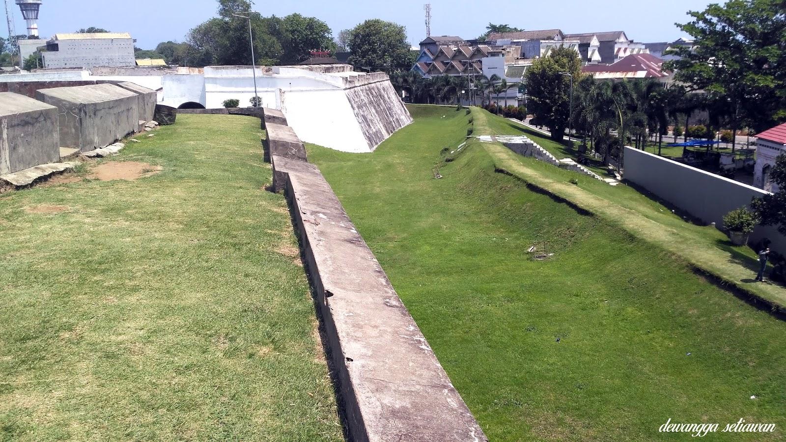 Saluran yang dulu banyak buaya di benteng fort marlborough bengkulu