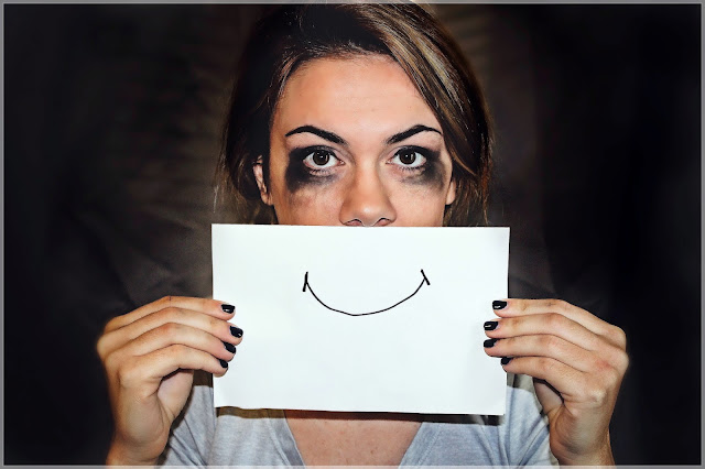 Zrozpaczona kobieta z uśmiechem