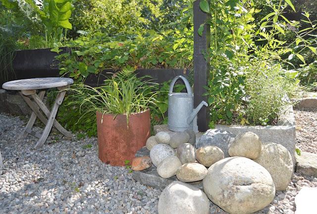 Se en hage i harmoni med seg selv - Stilleben med elvestein. Furulunden