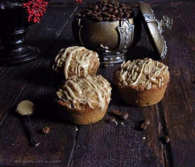 Streusel Coffee Muffins with Maple Glaze | une gamine dans la cuisine