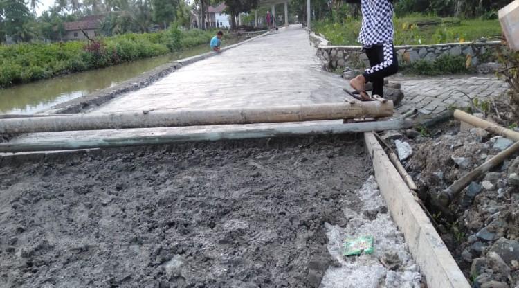 Pekerjaan Rabat Beton di Desa Sidoko Kecamatan Gunung Kaler, Diduga Curi Kubikasi