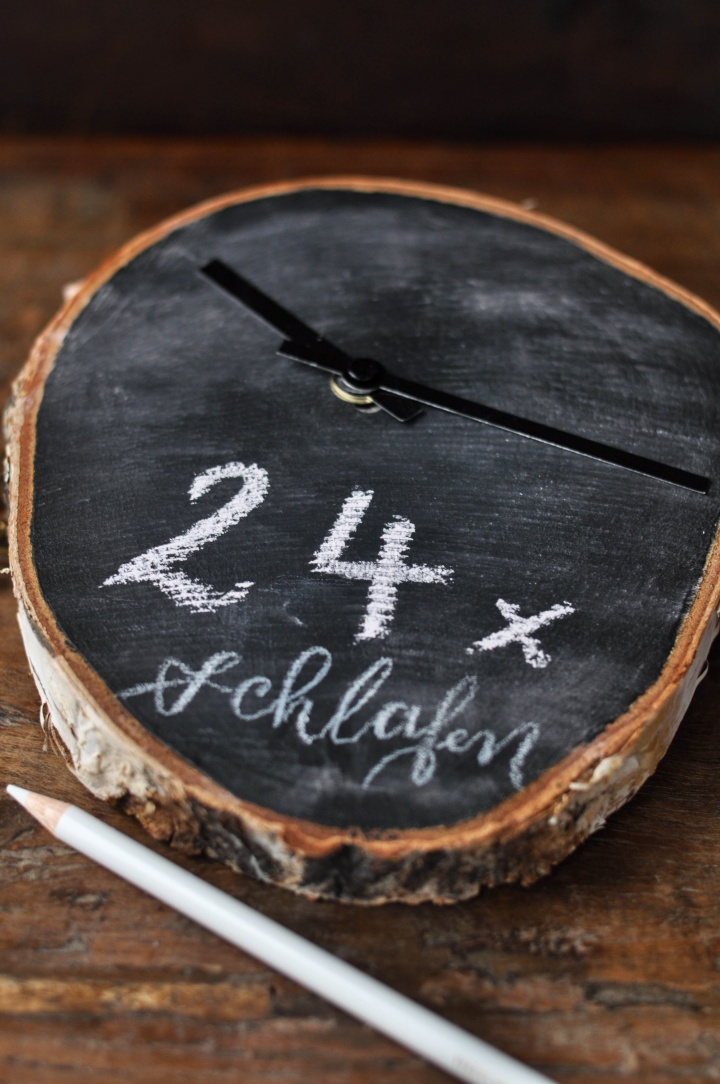 DIY Christmas Countdown Clock made of wood and blackboard paint