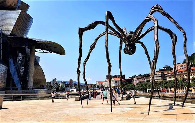 scultura del ragno maman davanti al gugenheim