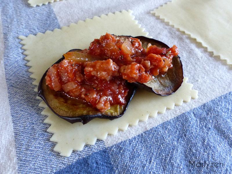 Sur chaque pâte, déposez un morceau d'aubergine et un peu de farce.