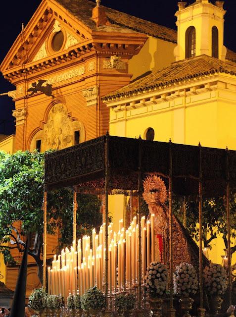 Virgen de Loreto en su Estación de Penitencia frente a la Iglesia de San Isidoro de Sevilla
