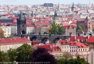 Tempat wisata terkenal di Praha Prague Ceko populer Jembatan Charles Bridge Prague
