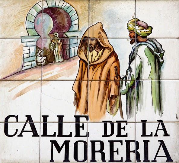 Placa de la calle de la Morería en el Madrid medieval, con dibujos de dos musulmanes y una típica puerta de estilo árabe