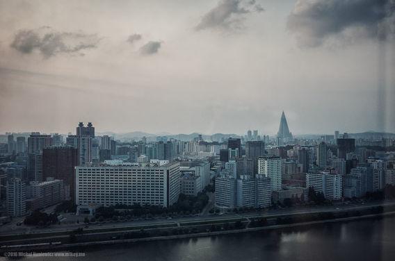 Pemandangan kota dari Hotel Yanggakdo di Korea Utara