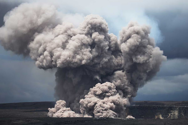 PAHOA, Hawaii, May 17 (Reuters) - Hawaii's Kilauea volcano spewed ash nearly six miles (9 km) into the sky