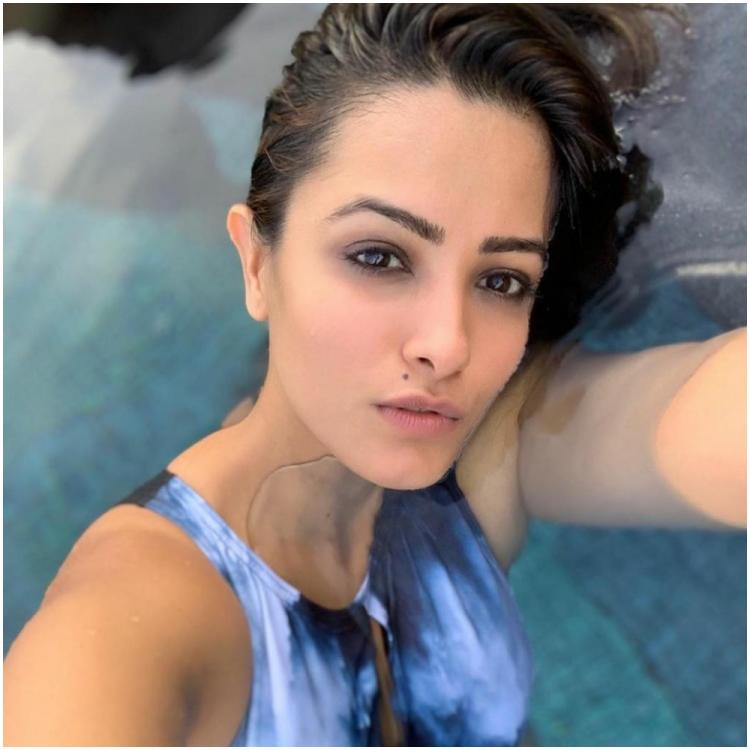 Naagin+3+actress+Anita+Hassanandani%E2%80%99s+black+and+blue+monokini%21.jpg