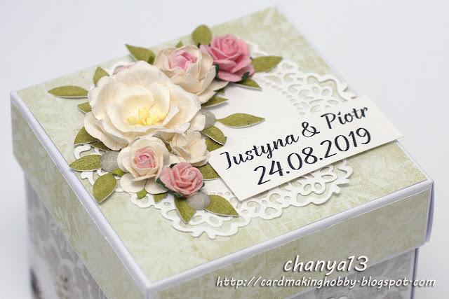 kompozycja kwiatowa na pudełku