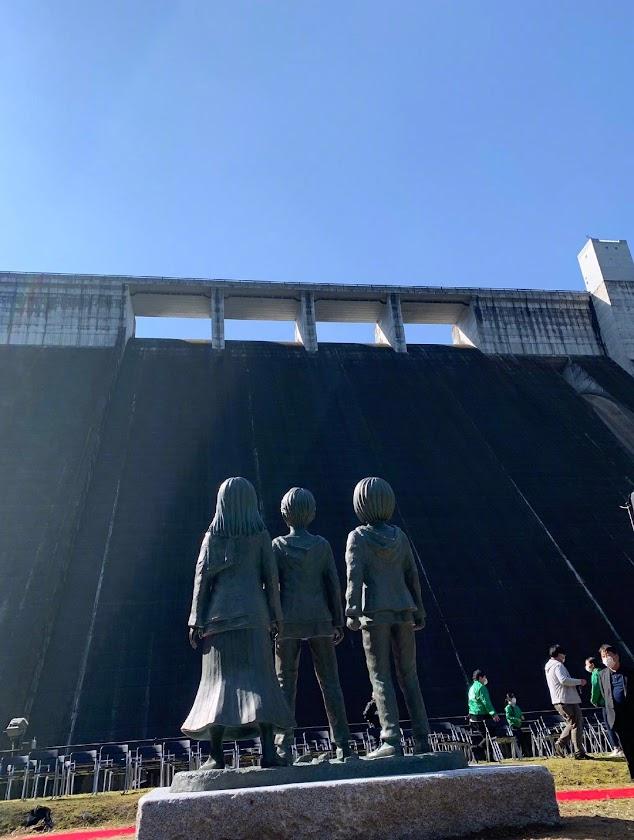 Las estatuas de bronce está ubicadas cerca de una presa