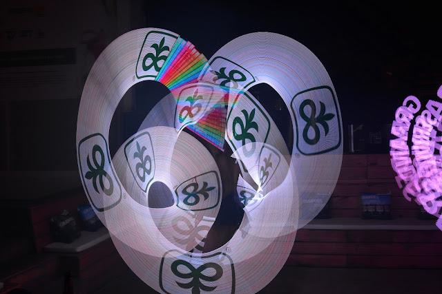 Atração malabares com logomarca de Humor e Circo Produtora para abertura de eventos corporativos no Rio e São Paulo.
