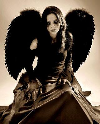 mujer con alas negra