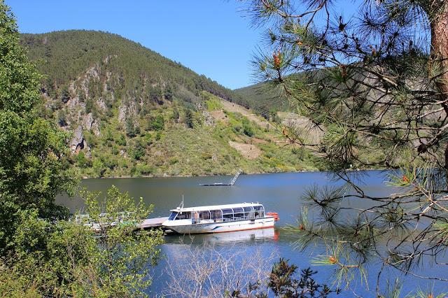 Navegando en catamarán por el río Sil. Descubriendo los encantos de la Ribera Sacra desde el río Sil