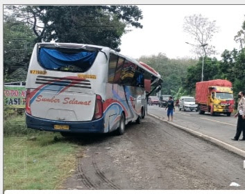 Kecelakaan Beruntun 2 Bus Dan Truk Di Saradan,13 Korban Luka- Luka