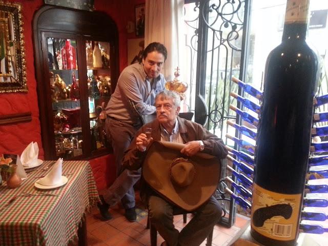 Alfonso con su hijo Julián González Aragón, que rige las riendas del Museo del Tequila tras el fallecimiento de su padre en 2017. Foto: Abel Cárdenas
