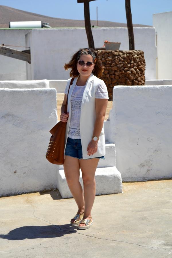look_verano_chaleco_blanco_sandalias_doradas_lolalolailo_01
