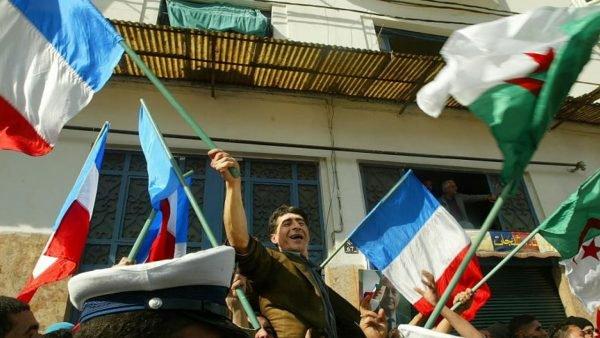"""جزائريو فرنسا يرددون في شوارع باريس """"لا لبوتفليقة ولا للعهدة الخامسة"""""""