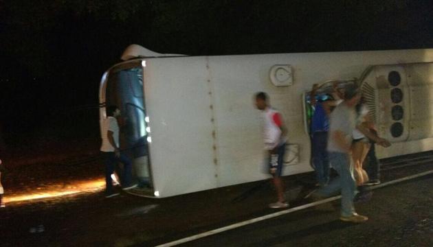 Ônibus tomba e fere dez jogadoras de vôlei de Rio Preto