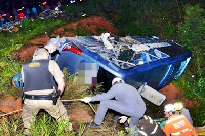 Ônibus que saiu de SP para Conquista-BA tomba ao colidir com carreta deixando 50 pessoas feridas em Minas.