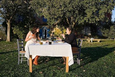 zene-rucaju-za-stolom-dvoriste-priroda-trava