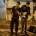 Αστυνομικός τραγούδησε στο Μοναστηράκι με πλανόδιο μουσικό και καταχειροκροτήθηκε (videos)