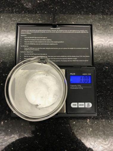 Cân 1g bột HA trên cân điện tử sau khi đã bấm nút Tare để bỏ qua trọng lượng ly thủy tinh
