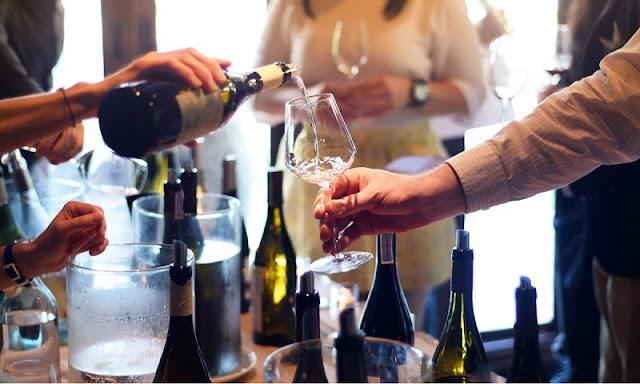 Vinho sendo servido em taça
