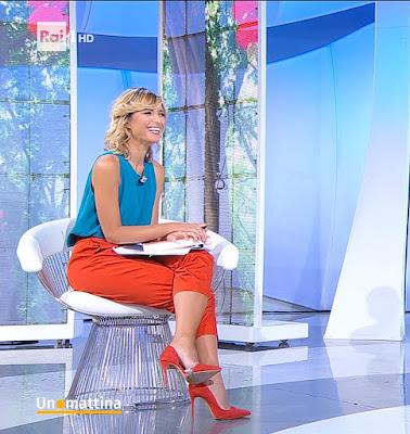Monica Giandotti abbigliamento pantaloni rossi tacchi alti Unomattina 16 settembre