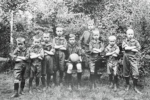Футбольная команда детей служащих Никольской мануфактуры. Орехово-Зуево. 1910-е годы.