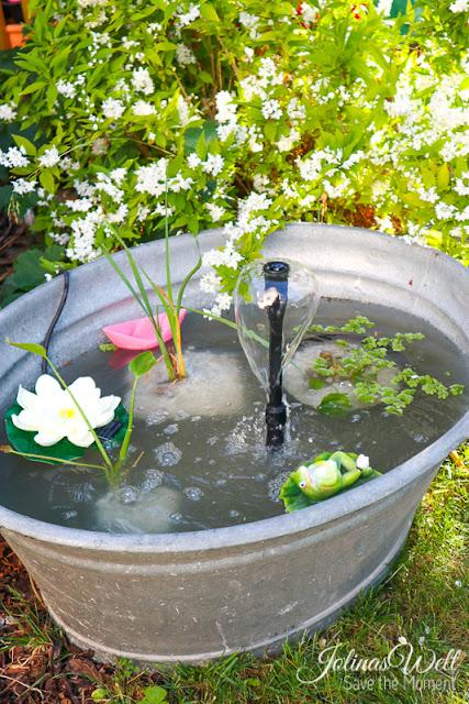 Kleiner Teich mit Springbrunnen in einer Zinkwanne