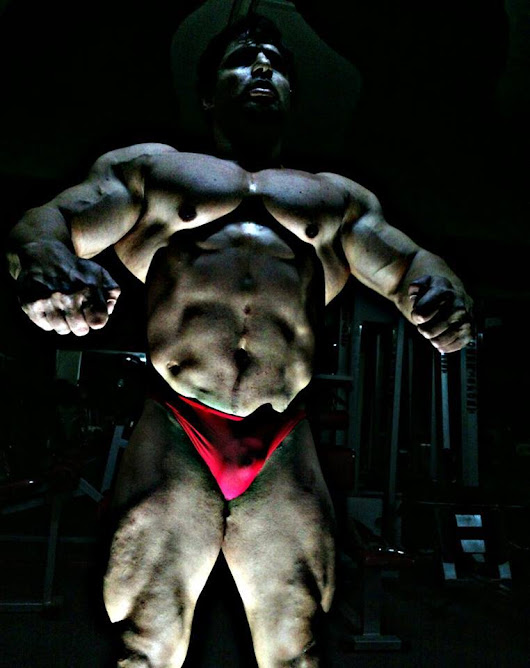 Hassan Almasri: lit from below; bulge in red throwing shadow onto abdomen (posted by Muscleposer).