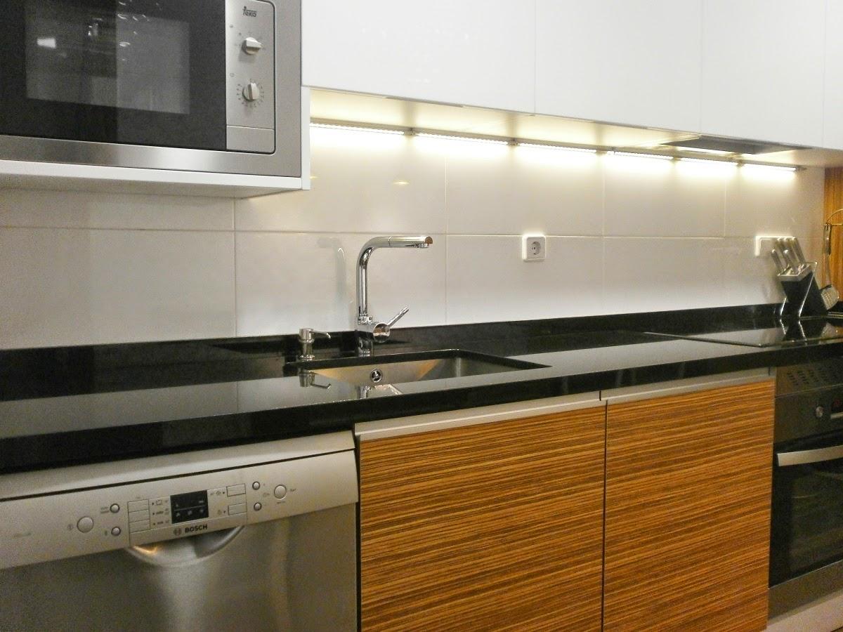 Elegancia y funcionalidad en una cocina peque a cocinas for Granito blanco real