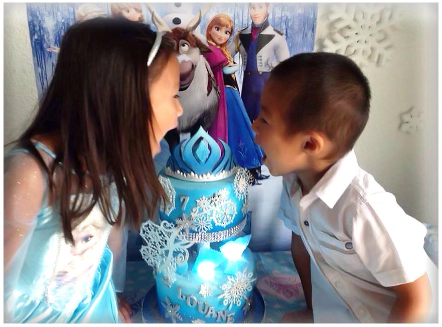 frère et soeur sur table d'anniversaire thème reine des neiges