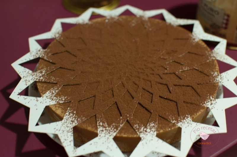 tarta de dulce de leche con plantilla para decorar