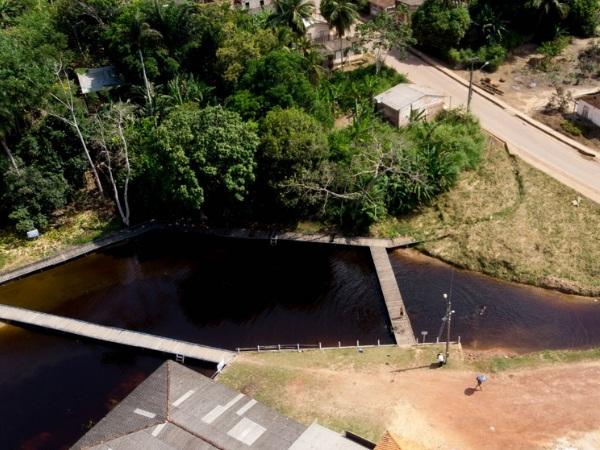 Prefeitura recolhe entulhos e faz limpeza na área do Igarapé Beira Rio, no Centro de Mojuí dos Campos