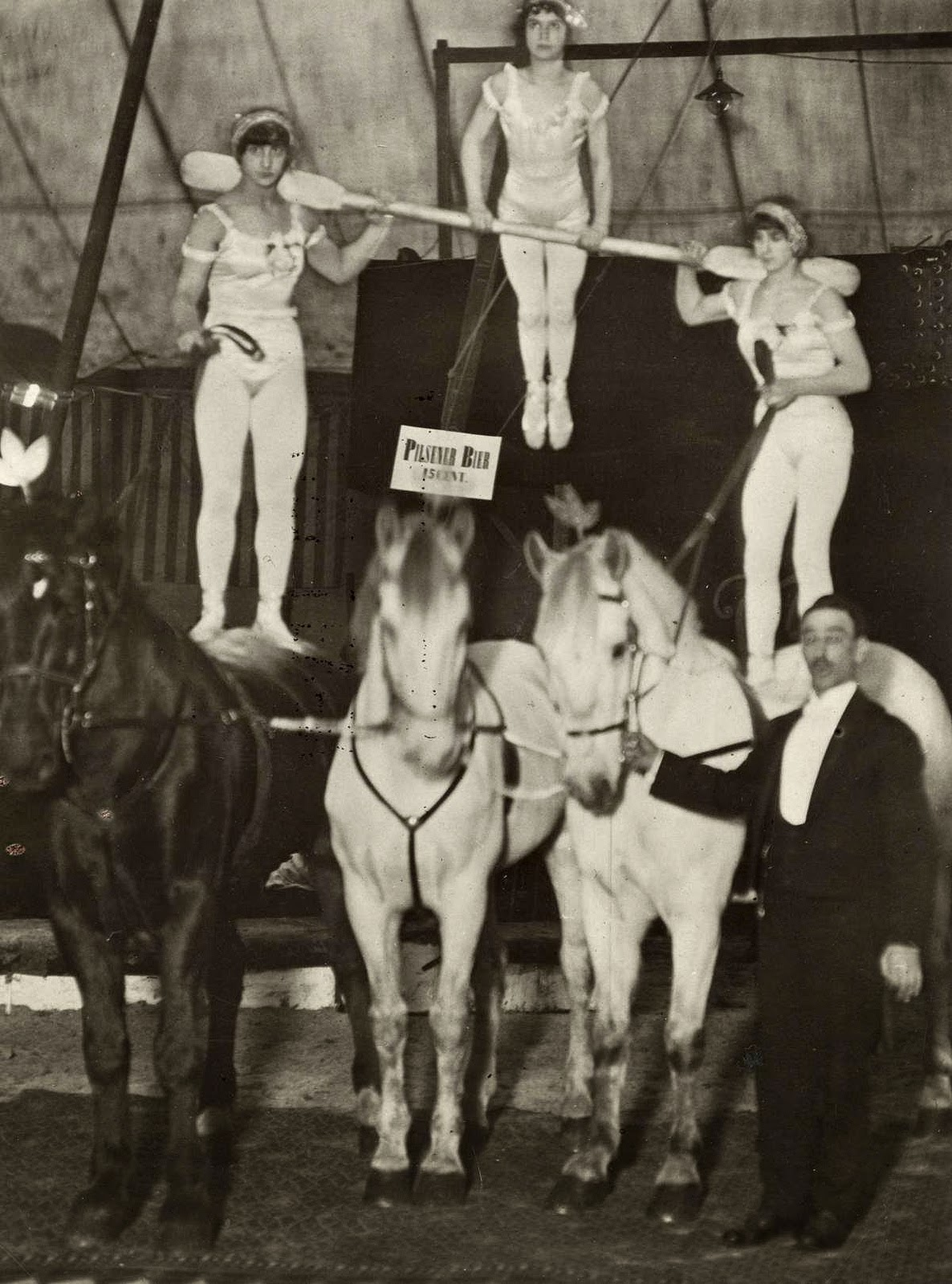 Interesting Vintage Pictures of Circus in Netherlands From Between 1910s to 1920s  vintage everyday