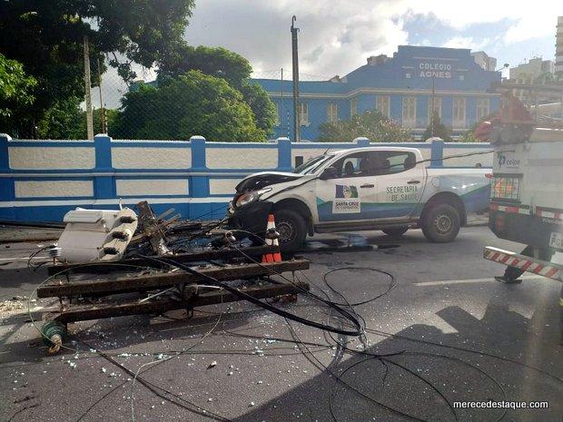 Carro da secretaria de Saúde de Santa Cruz do Capibaribe se envolve em acidente e derruba poste em Recife