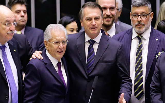 Bolsonaro caminha até a Câmara para homenagem a Carlos Alberto de Nóbrega