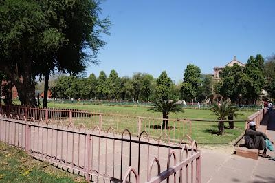 Taman di Red Fort yang hijau dan penuh pohon
