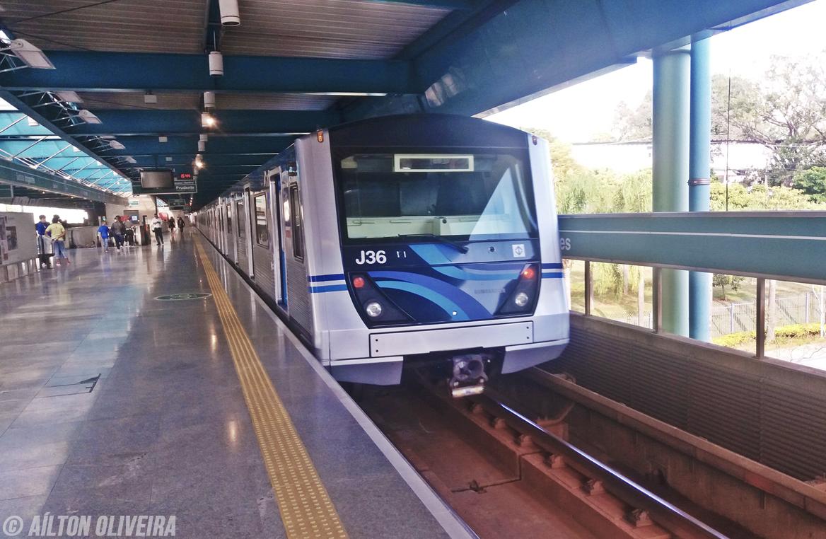 Trem do metro de SP na estação Santos Imigrantes da linha 2 verde