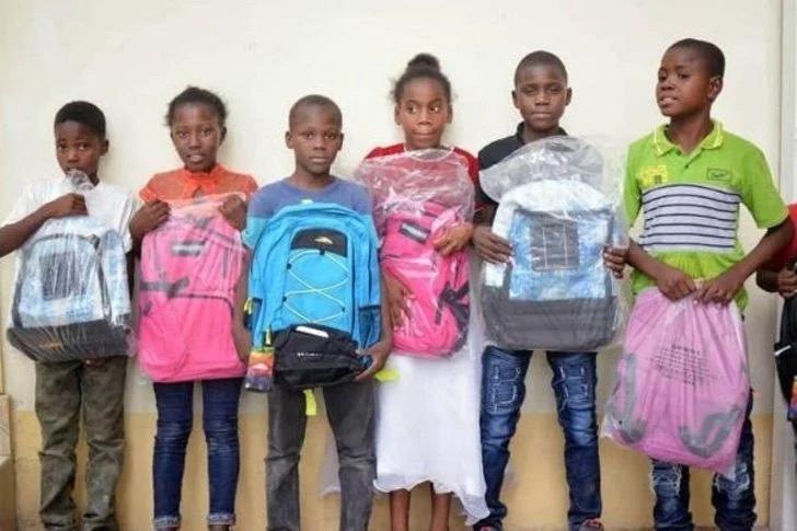 Joven haitiano crea una mochila que genera energía solar