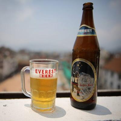 Cerveza Everest en Katmandú, con la plaza Basantapur Dabali al fondo