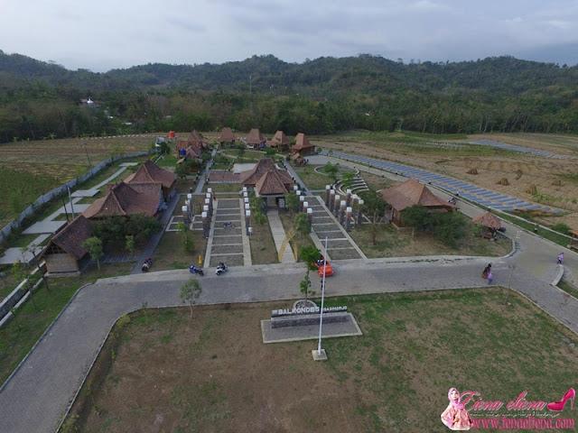 Gabar permandangan Balkondes Ngadiharjo Guesthouse dari atas yang diambil menggunakan dron