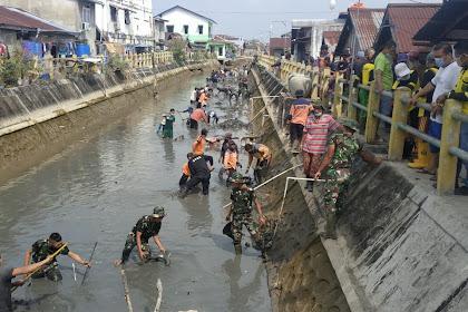 Dibantu Warga, Kodim dan Polres Inhil Bersihkan Sampah di Parit